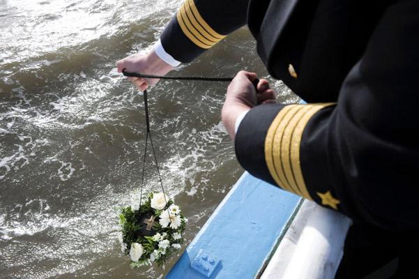 Beisetzung der Urne auf See